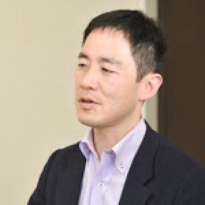 飯田 哲夫 氏